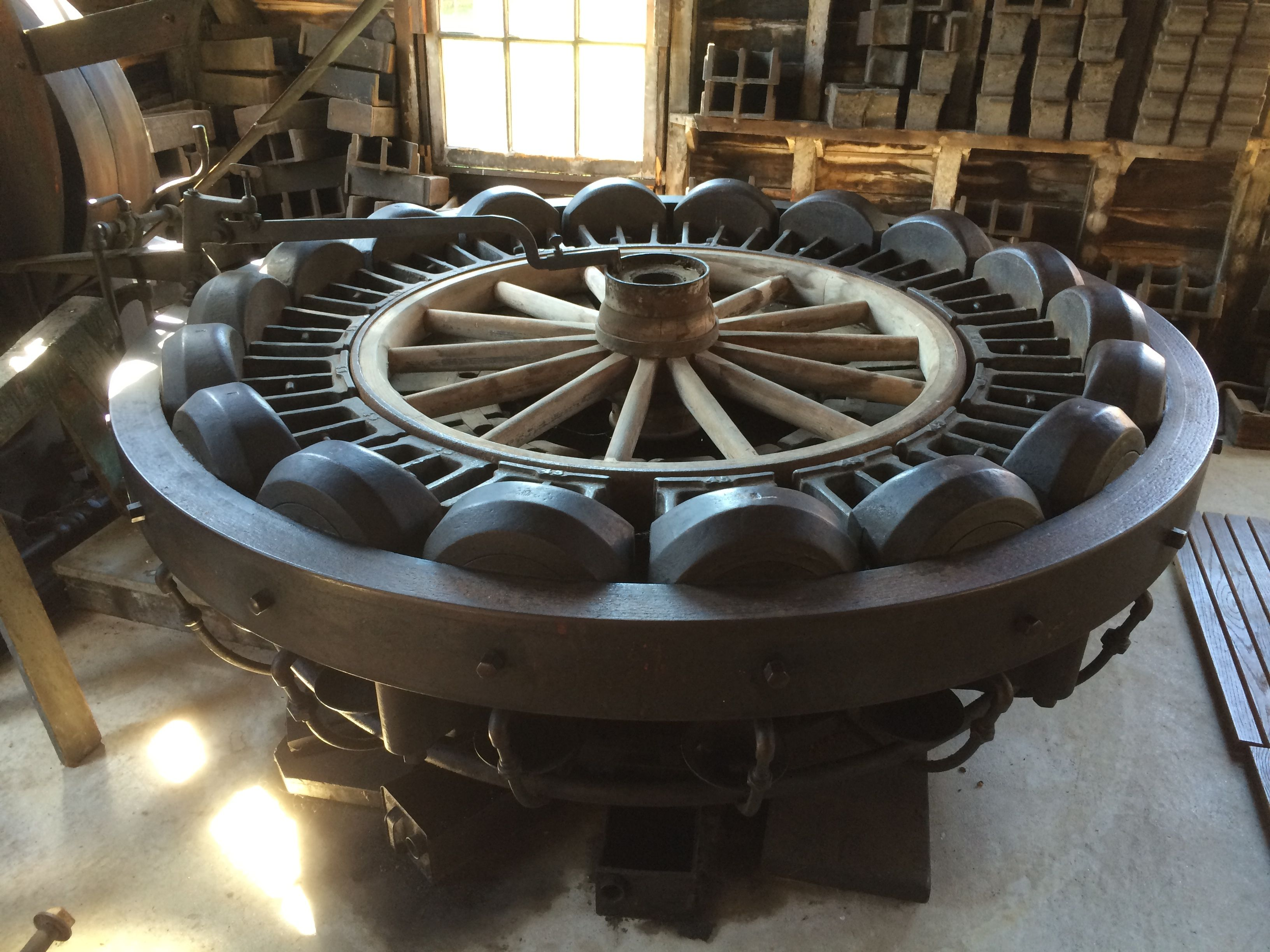 Hydraulic machine for fitting the tire on the wheel
