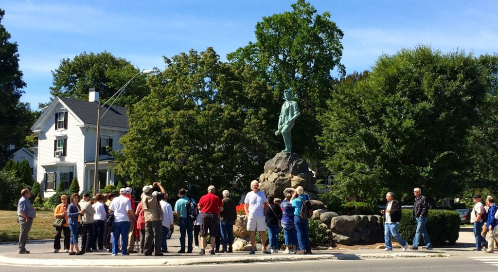 tourists-at-the-minute-man-statue